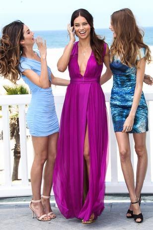De vestido com fenda, Adriana Lima estrela evento de grife