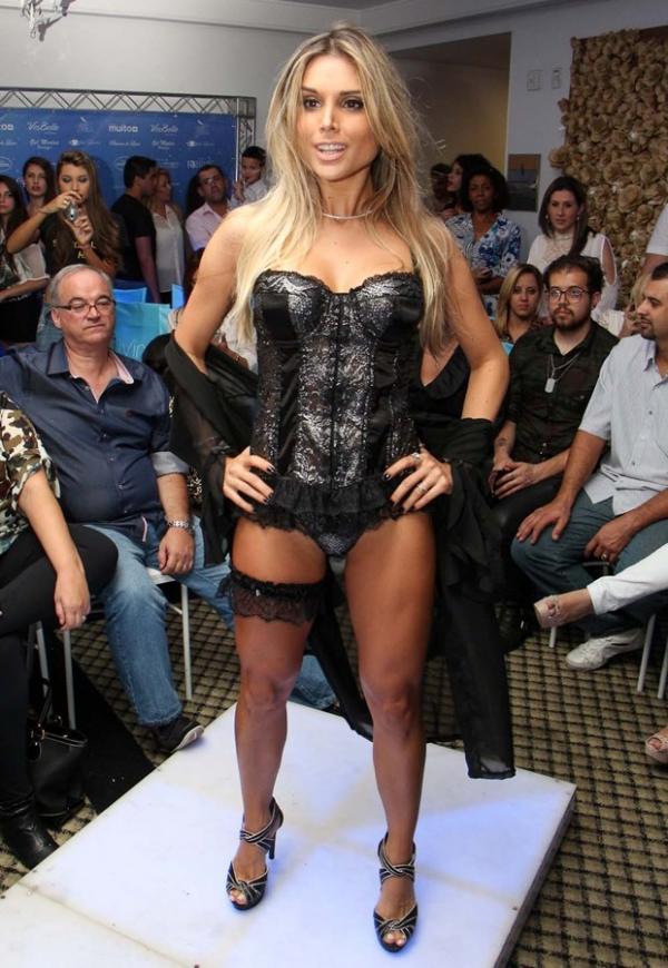 Ex-BBB Flávia Viana desfila de lingerie e exibe corpo sarado