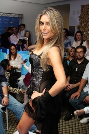Ex-BBB Flávia Viana desfila de lingerie em Guarulhos