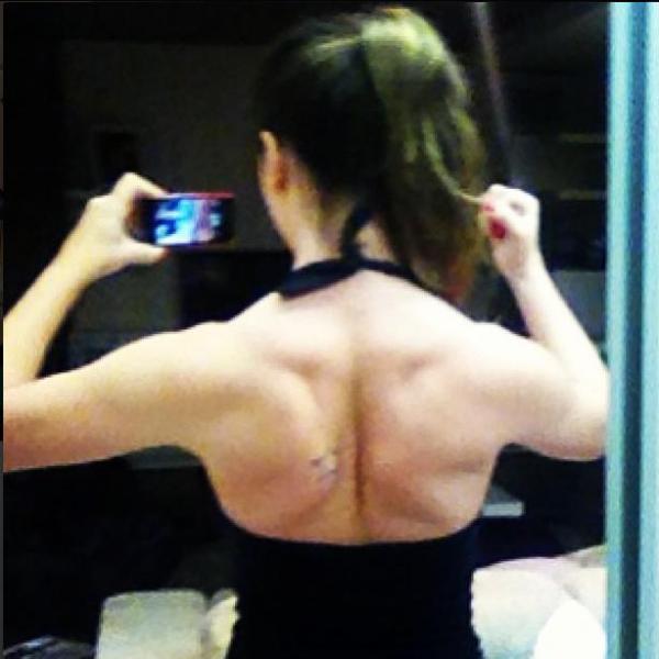 Olha a força! Ex-BBB  Laisa mostra costas musculosas em foto