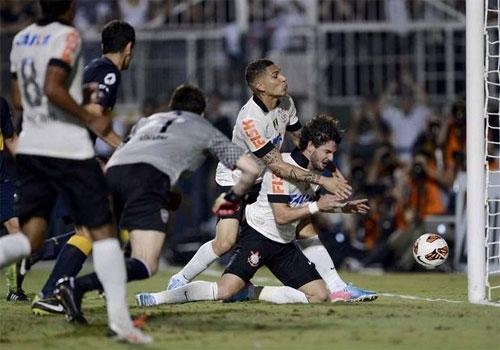 Argentinos reconhecem erro grosseiro de árbitro e falha incrível de Pato
