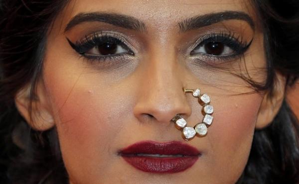 Atriz chama a atenção no Festival de Cannes com maxibrinco no nariz