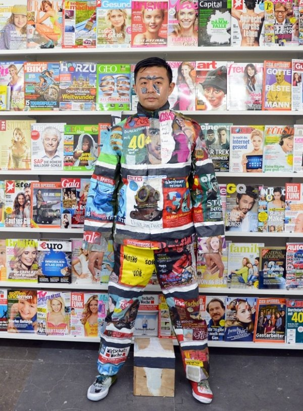 Com pinturas, artista chinês fica invisível em banca de revistas