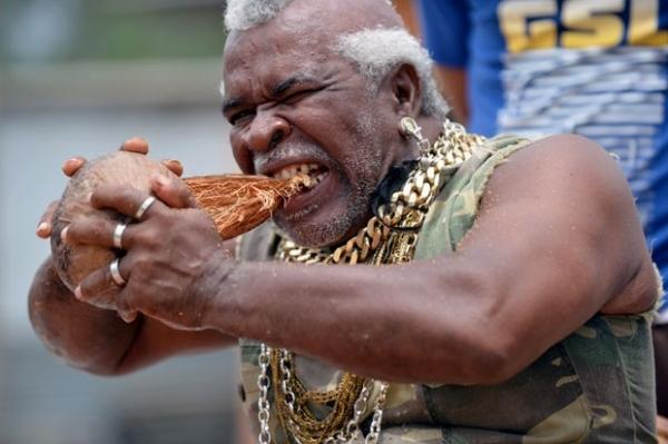 Homem tenta recorde por descascar com os dentes 500 cocos em 6 horas