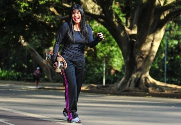 Dez quilos mais magra, Mara supera morte da mãe e separação: