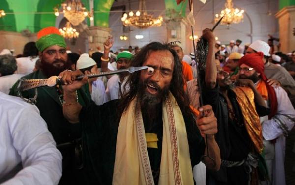 Imagem de indiano espetando olho com lança