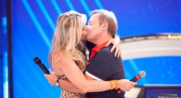 Adriane  Galisteu ensina Gugu a dar beijo técnico de TV em programa que vai ao ar neste domingo