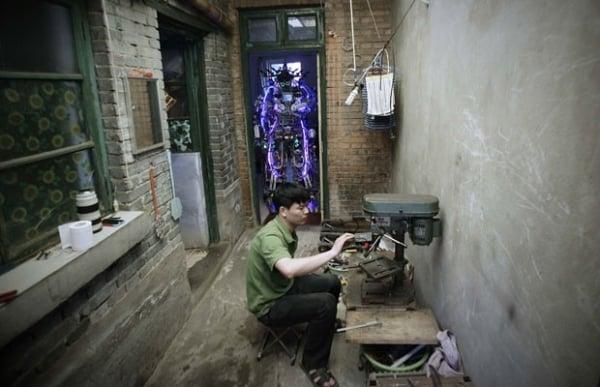 Chinês constrói robô em casa com restos reciclados de fio e metal