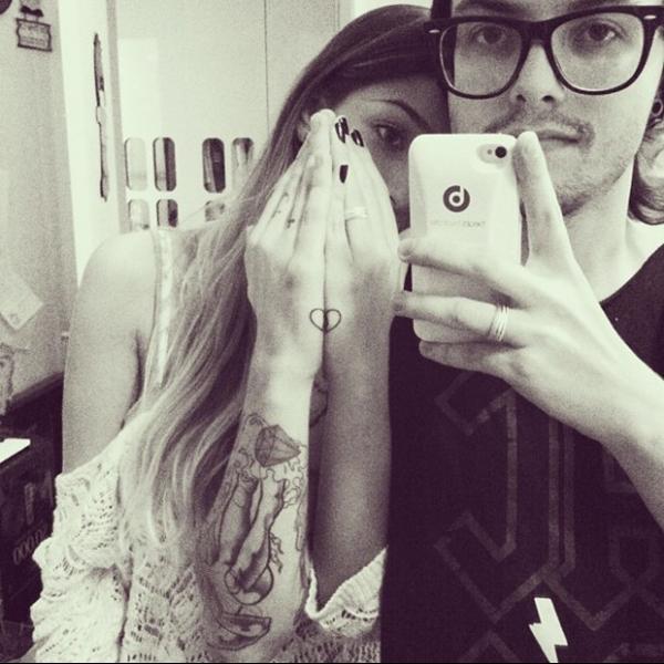 Há 6 meses juntos, Pe Lanza e a namorada fazem tatuagens iguais