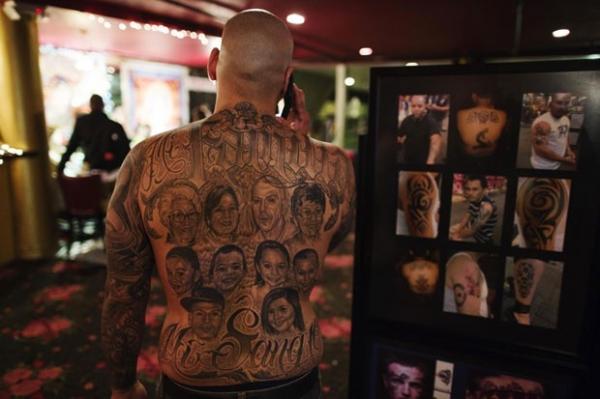 Homem tatua rostos de dez familiares nas costas