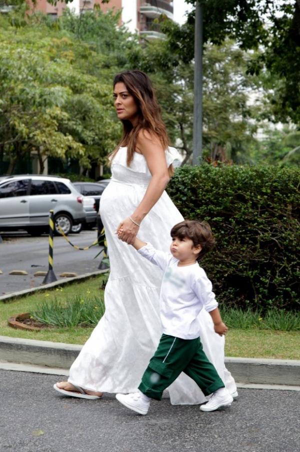Juliana Paes mostra barrigão de oito meses em passeio com primeiro filho