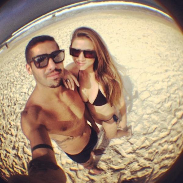 Ex-BBB Yuri curte manhã na praia com namorada