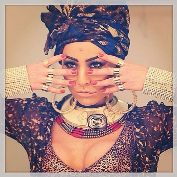 Decotada, Sabrina Sato  posa sexy com look  africano; confira fotos