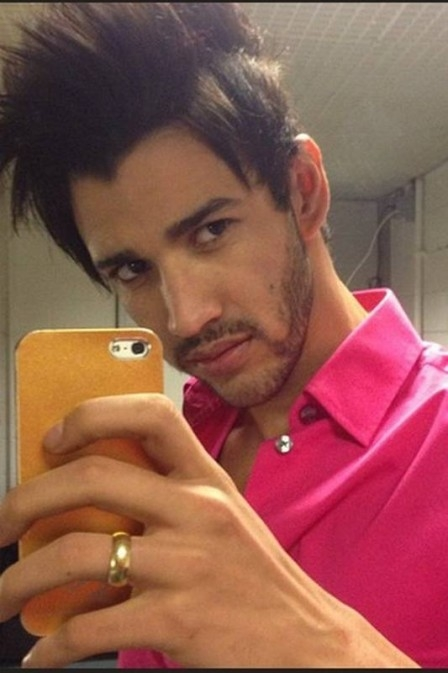 Gusttavo Lima aparece em foto usando aliança na mão ?errada? e preocupa fãs: ?Casou??