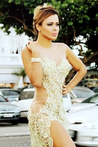 Miss Bumbum divulga ensaio com vestido transparente