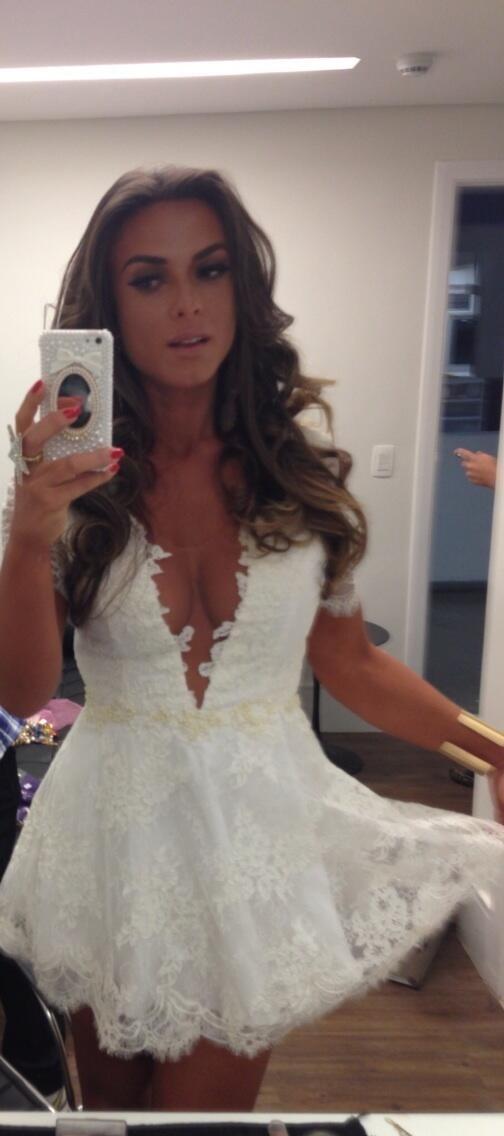 Nicole Bahls posta foto de vestidinho e  dá bom dia com megadecote