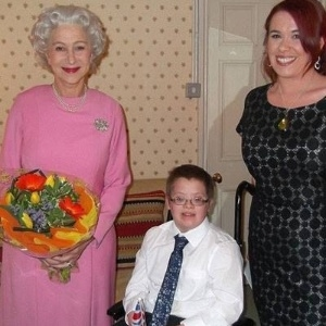 Atriz Helen Mirren se caracteriza de rainha Elizabeth e realiza sonho de garoto em fase terminal