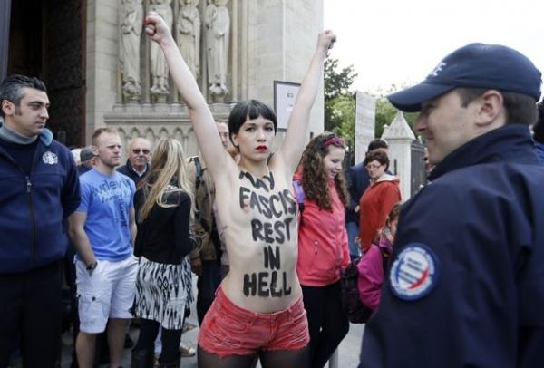 Mulher seminua protesta contra suicídio de ativista anti-gays em Paris