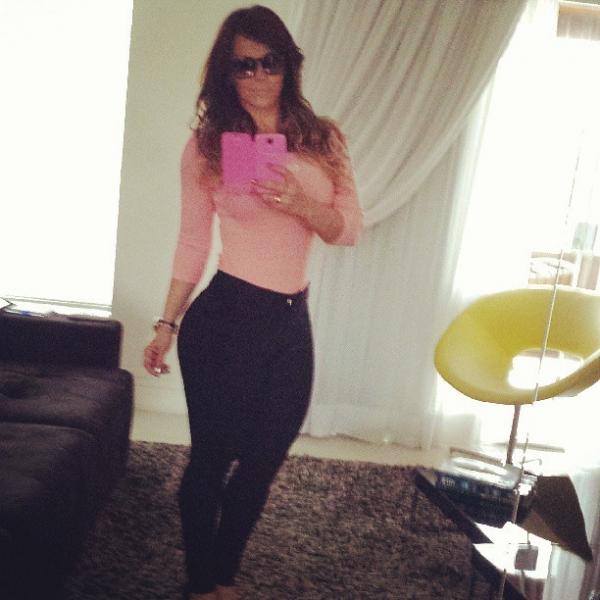 Viviane Araújo exibe a silhueta ao postar  imagem no estilo