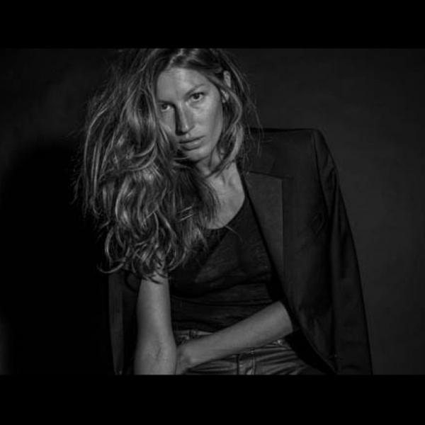 De costas, Gisele Bündchen mostra foto sexy em rede social