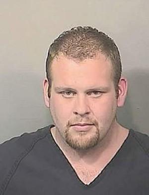 Homem é preso ao fingir ser policial para ir a clube de strip de graça