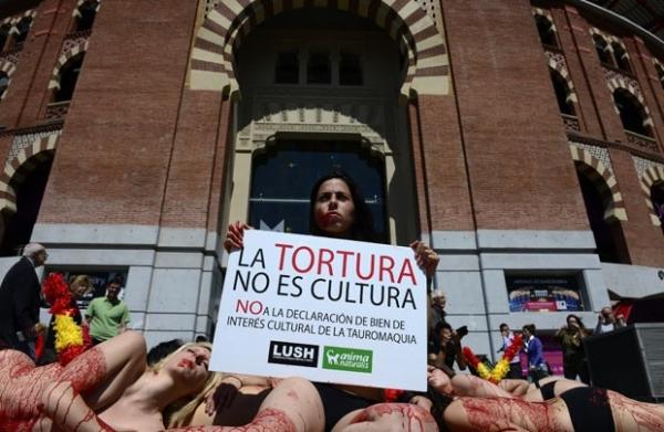 Seminuas, ativistas protestam contra as touradas na Espanha