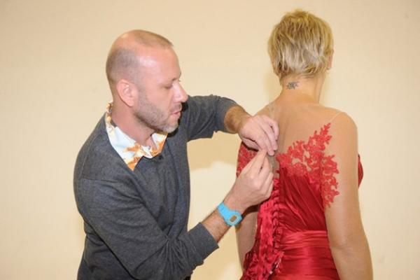 Xuxa divulga parte do vestido que vai usar na sua mega festa de 50 anos