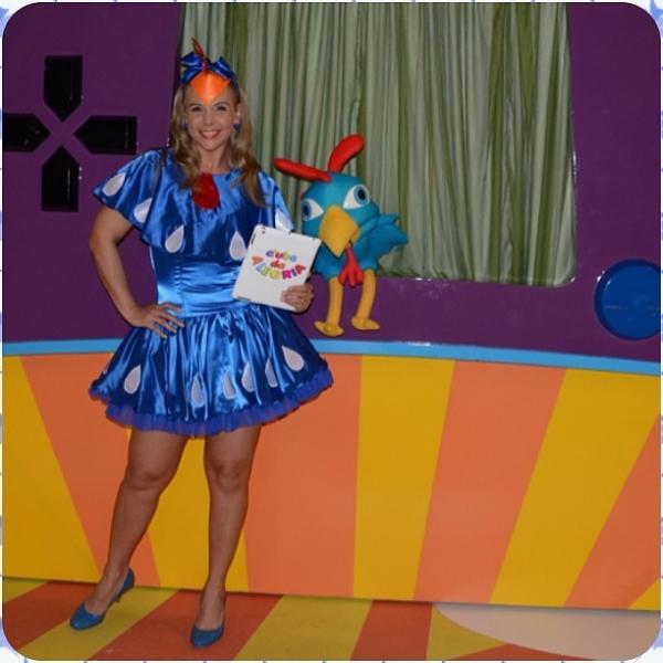 Carla Perez se veste de Galinha Pintadinha em seu programa de TV