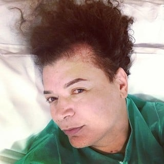 David Brazil revela entradas de calvíce e faz implante capilar em clínica; foto