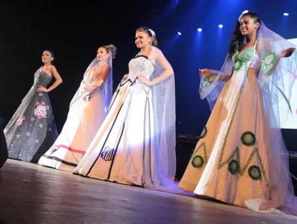 Estilista faz vestidos de clubes para noivas: preço pode chegar a R$ 18 mil