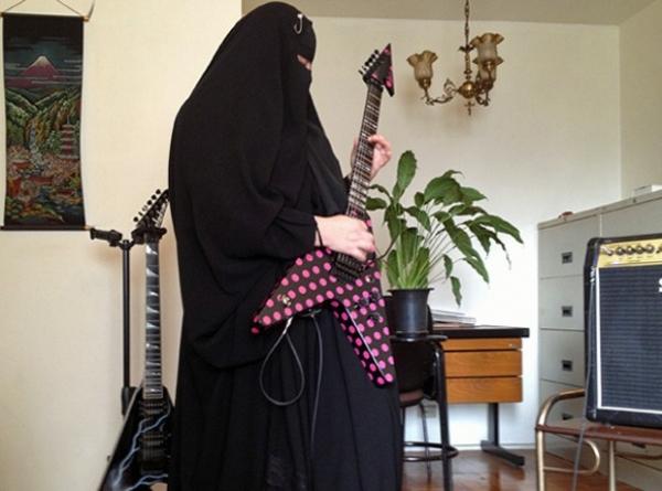 Neta de alemães católicos, muçulmana paulistana vira guitarrista de metal