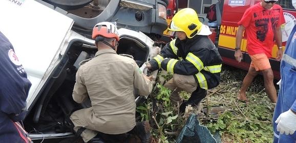 Caminhão tomba na BR-402 e motorista fica preso às ferragens
