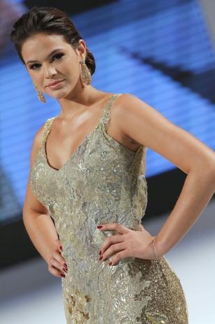 Com ombros de fora, Bruna Marquezine desfila em evento de moda