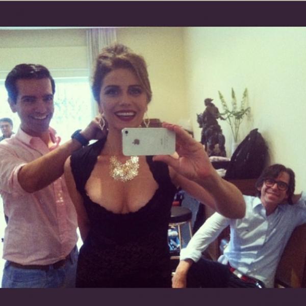 Giovanna Antonelli mostra look decotado em rede social
