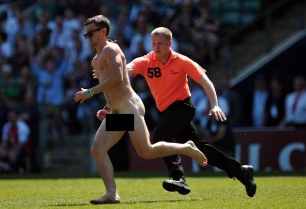Homem pelado invade jogo de rúgbi na Inglaterra e atrapalha partida