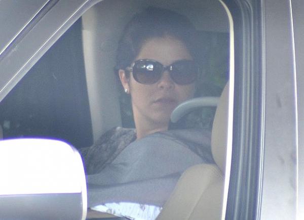 Samara Felippo foge dos paparazzi ao deixar a maternidade com a filha Lara