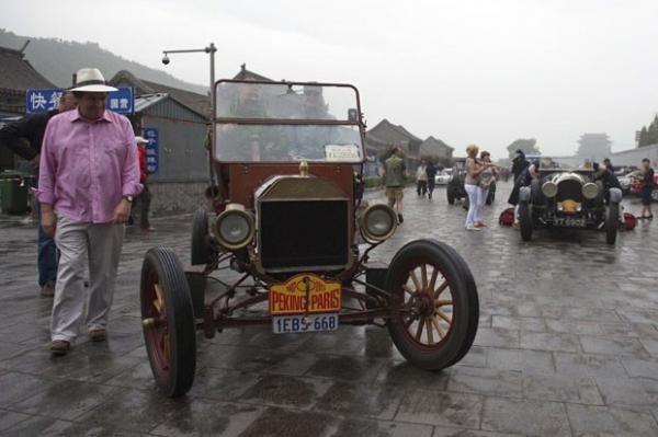 Com carros antigos, grupo de 26 países faz viagem entre Pequim-Paris
