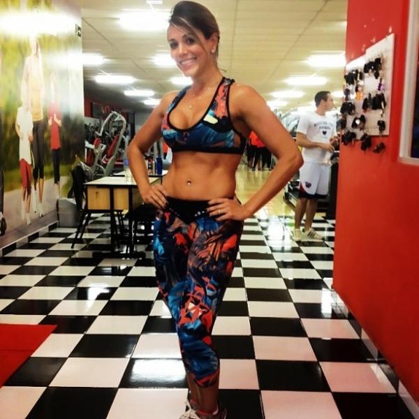De top e barriga de fora, ex-BBB Fabiana exibe sua boa forma em foto na web