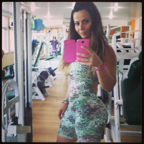 Viviane Araújo posa com macacão justinho:
