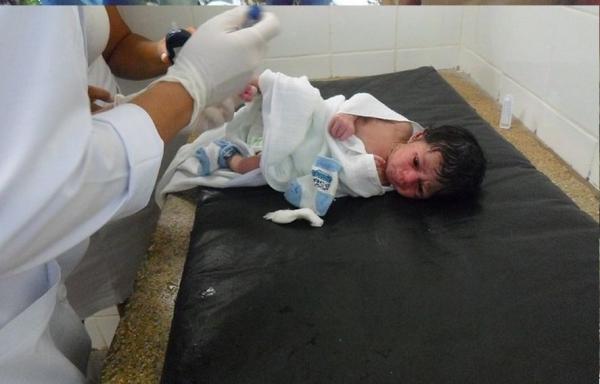 Bebê é encontrado abandonado em fazenda é resgatado pelo Corpo de Bombeiros e segue internado