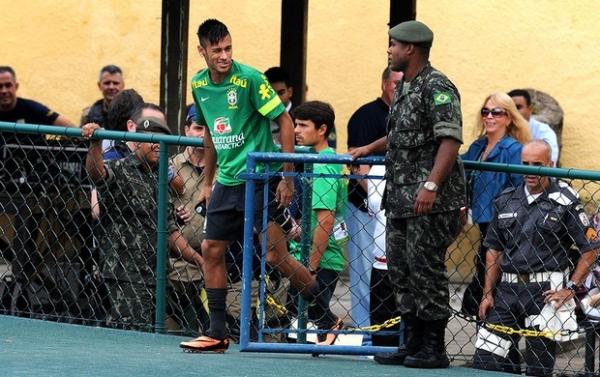 Com Seleção ainda incompleta, Felipão improvisa no primeiro treino