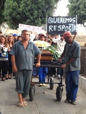 Corpo de homem ferido em boate gay é enterrado sob revolta