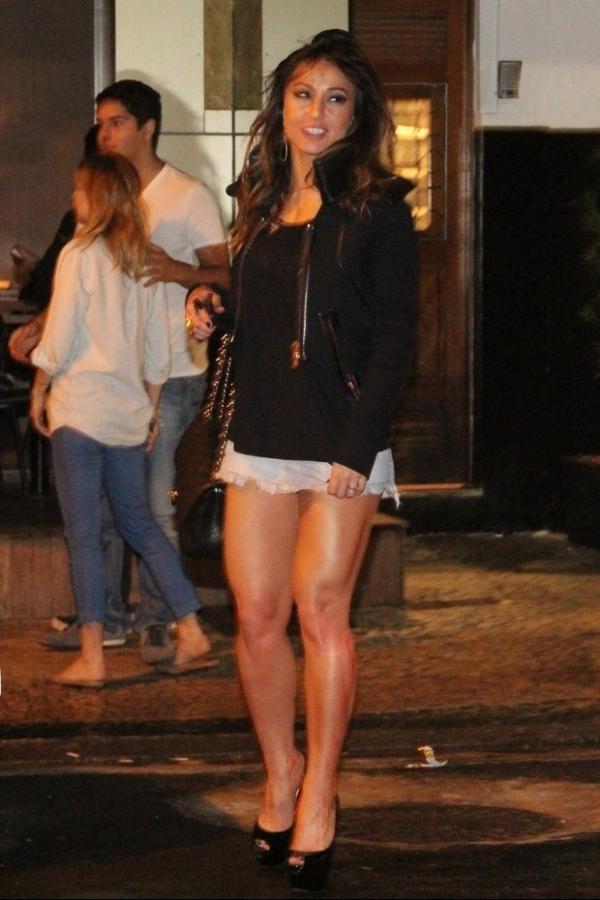 De sainha, Sabrina Sato janta com namorado e exibe pernões; veja fotos