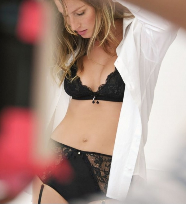 Gisele Bündchen posa só de lingerie 4 meses após dar luz