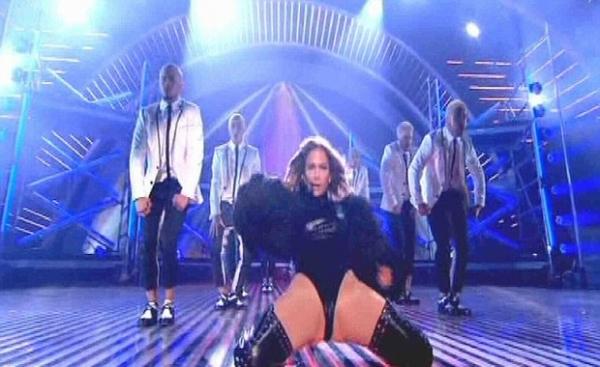 Jennifer Lopez usa look ousado em programa e recebe reclamações