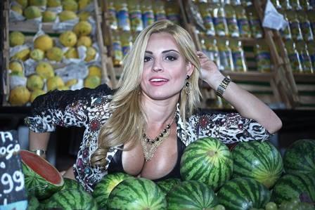 Mulheres-fruta de ?Sangue bom? posam em clima dos seus personagens em mercado popular