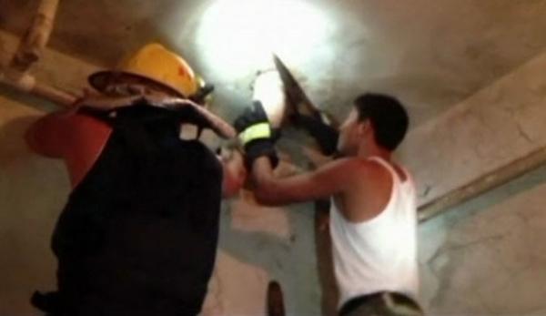 Queda de bebê em tubo de esgoto na China foi  acidente, segundo polícia