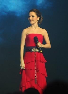 Sandy emociona Xuxa e empolga plateia de festa ao cantar