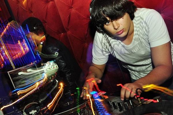 Filho de Zezé Di Camargo se apresenta como DJ na noite em boate de São Paulo