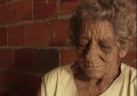 Filho expulsa mãe de 82 anos de casa e obriga idosa a morar em curral